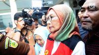 Terdakwa penyebaran berita bohong atau hoaks Ratna Sarumpaet tiba di Pengadilan Negeri Jakarta Selatan, Kamis (28/2). Ratna Sarumpaet menjalani sidang perdana dengan agenda pembacaan dakwaan dari jaksa penuntut umum. (Liputan6.com/Herman Zakharia)