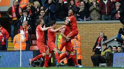 Gelandang Liverpool asal Inggris Raheem Sterling (kanan) merayakan dengan rekan tim setelah mencetak gol ketiga saat laga pertandingan sepak bola Liga Utama Inggris antara Liverpool melawan Arsenal di Anfield, Liverpool, barat laut Inggris, Sabtu (8/2/14)