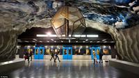Stasiun kereta api bawah tanah Stockholm menjadi stasiun bawah tanah terindah di dunia berkat keindahan seninya.