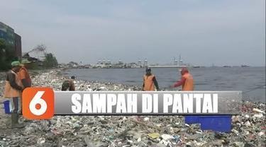 Sampah yang terkumpul didominasi sampah rumah tangga seperti plastik sisa makanan. Petugas kebersihan terpaksa mengangkut sampah menggunakan perahu kayu.