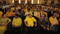 Ketum Partai Golkar versi Munas Bali Aburizal Bakrie (tengah) berbincang dengan Wakil Ketum Golkar Theo L Sambuaga (kedua kanan) disela rapat konsultasi nasional Golkar di Jakarta, Selasa (10/3/2015). (Liputan6.com/Herman Zakharia)