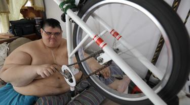 Pria terberat di dunia asal Meksiko Juan Pedro Franco melakukan olahraga di rumahnya di Guadalajara, Meksiko (17/2). Sebelumnya Juan Pedro telah melakukan operasi kedua pada tanggal 9 Mei 2017. (AFP Photo/Ulises Ruiz)