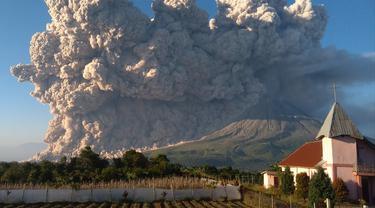 Erupsi Gunung Sinabung Jadi Tontonan Warga
