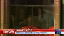 Potongan gambar video yang menggambarkan situasi penyanderaan yang terjadi di kafe Lindt di Sydney, Australia (15/12/2014). Puluhan sandera terperangkap di dalam kafe Lindt, Sydney, Australia. (REUTERS/Reuters TV via Seven Network/Courtesy Seven Network)