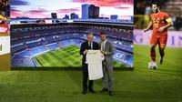 Presiden Florentino Perez memperkenalkan Eden Hazard sebagai pemain anyar Real Madrid di Santiago Bernabeu, Jumat (13/6/2019). (AP Photo/Manu Fernandez)