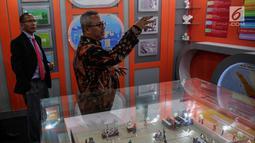 Ketua KPU Republik Indonesia Arief Budiman (kanan) memberikan penjelasan kepada Presiden Komisaris KPU Timor Leste Alcino De Aralijo Baris di gedung KPU, Jakarta, Rabu (22/11). Kunjungan tersebut dalam rangka studi banding. (Liputan6.com/Faizal Fanani)
