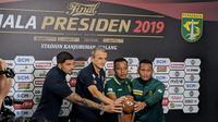 Kubu Arema FC dan Persebaya saat memegang trofi Piala Presiden 2019. (Bola.com/Muhammad Adyaksa)