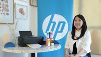 Ellya Cen, Indonesia Print Category Manager, HP Inc dengan HP Ink Tank 415 Wireless Printer pada acara HP Print Workshop untuk UKM dan bisnis rumahan.