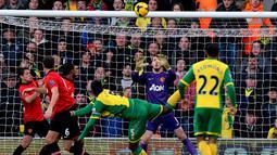 David de Gea menahan tembakan kegawang dari Sebastien Bassong pada pertandingan sepak bola Liga Inggris antara Norwich City vs Manchester United di Carrow Road stadion di Norwich, Inggris,(28/12/13).((AFP/Ben Stansall)