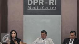 (ki-ka) Komisi 9 DPR RI Rieke Dyah Pitaloka, Kepala BNP2TKI, Nusron Wahid, Direktur Perlindungan WNI Kementrian Luar Negeri RI, Lallu Muhammad Iqbal saat mmenjadi pembicara diskusi, di Jakarta, Selasa (9/2). (Liputan6.com/Johan Tallo)