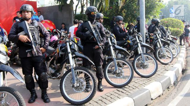 Aparat kepolisian bersenjata lengkap mengamankan Parade Asian Games 2018 di Jalan Thamrin, Jakarta, Minggu (13/5). Sejumlah pejabat negara hadir seperti Wakil Presiden RI Jusuf Kalla dan Gubernur DKI Jakarta Anies Baswedan.  (Liputan6.com/Arya Manggala)