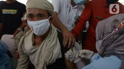 Tim medis memberikan vaksin Covid-19 kepada seorang masyarakat Baduy di Desa Kanekes, Ciboleger, Kabupaten Lebak, Banten Kamis (14/10/2021). Tujuan vaksinasi Covid-19 untuk mempercepat kekebalan komunal (Herd imunity) mencegah penyebaran virus corona. (merdeka.com/Imam Buhori)