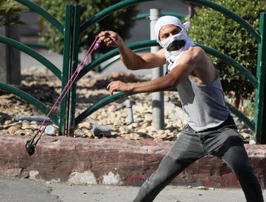 FOTO: Tolak Aneksasi, Demonstran Palestina Bentrok dengan Tentara Israel