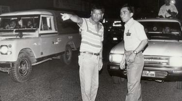 Gambar yang diambil pada awal 1990-an memperlihatkan Rodrigo Duterte (kiri) yang masih menjabat sebagai Wali Kota Davao, membantu seorang polisi untuk mengatur kemacetan lalu lintas di jalanan pusat kota Davao, Filipina selatan. (REUTERS/Renato Lumawag)