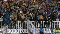 Pendukung Persib memadati tribun penonton Stadion Pakansari, Bogor, Sabtu (13/8/2016). (Liputan6.com/Helmi Fithriansyah)