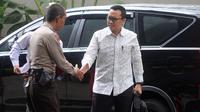 Menpora Imam Nahrawi, menyapa polisi saat tiba di Gedung KPK, Jakarta, Kamis (24/1). Dirinya diperiksa sebagai saksi untuk tersangka Sekjen KONI, Ending Hamidy, terkait suap dana hibah dari Kemenpora ke KONI. (Merdeka.com/Dwi Narwoko)