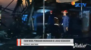 Diduga korsleting listrik, kebakaran melanda sebuah pusat perbelanjaan di kawasan Waru, Sidoarjo, Jawa Timur, Selasa malam (09/3). Kobaran api yang besar menghanguskan enam kios yang ada di pusat perbelanjaan tersebut.
