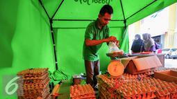 Petugas menimbang telur ayam yang akan dijual dalam operasi pasar murah di Pasar Lenteng, Jakarta, Kamis (9/6/2016). PD Pasar Jaya menggelar operasi pasar murah di 20 titik pasar di wilayah Jakarta selama bulan Ramadan. (Liputan6.com/Yoppy Renato)