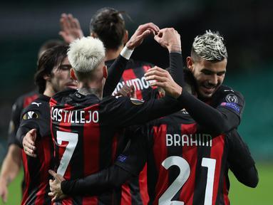 Pemain AC Milan merayakan gol yang dicetak Brahim Diaz ke gawang Celtic pada laga Grup H Liga Europa 2020/2021 di Celtic Park Stadion, Jumat (23/10/2020). AC Milan menang 3-1 atas Celtic. (AFP/Russell Cheyne/pool)