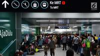 Antrean calon penumpang saat membeli tiket untuk menggunakan layanan transportasi Moda Raya Terpadu (MRT) di Stasiun Bundaran HI, Jakarta, Rabu (3/4). Layanan MRT dimulai pukul 05.30 WIB hingga 22.01 WIB. (merdeka.com/Imam Buhori)