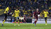 Penyerang Timnas Malaysia, Mohamadou Sumareh, mencetak gol ke gawang Thailand dalam penyisihan Grup G kualifikasi Piala Dunia 2022 di Stadion Nasional, Bukit Jalil (14/11/2019). (AFP/Mohd. Rasfan)