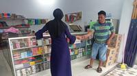 Poster Presiden Prancis itu dijadikan keset kaki di salah satu toko di Kecamatan Telaga, Kabupaten Gorontalo (Arfandi Ibrahim/Liputan6.com)