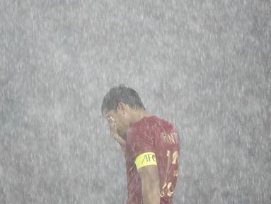 Bek Timnas Indonesia, Rachmat Irianto, tampak kecewa usai dikalahkan Jepang pada laga AFC U-19 Championship di SUGBK, Jakarta, Minggu (25/10). Indonesia kalah 0-2 dar Jepang. (Bola.com/Vitalis Yogi Trisna)