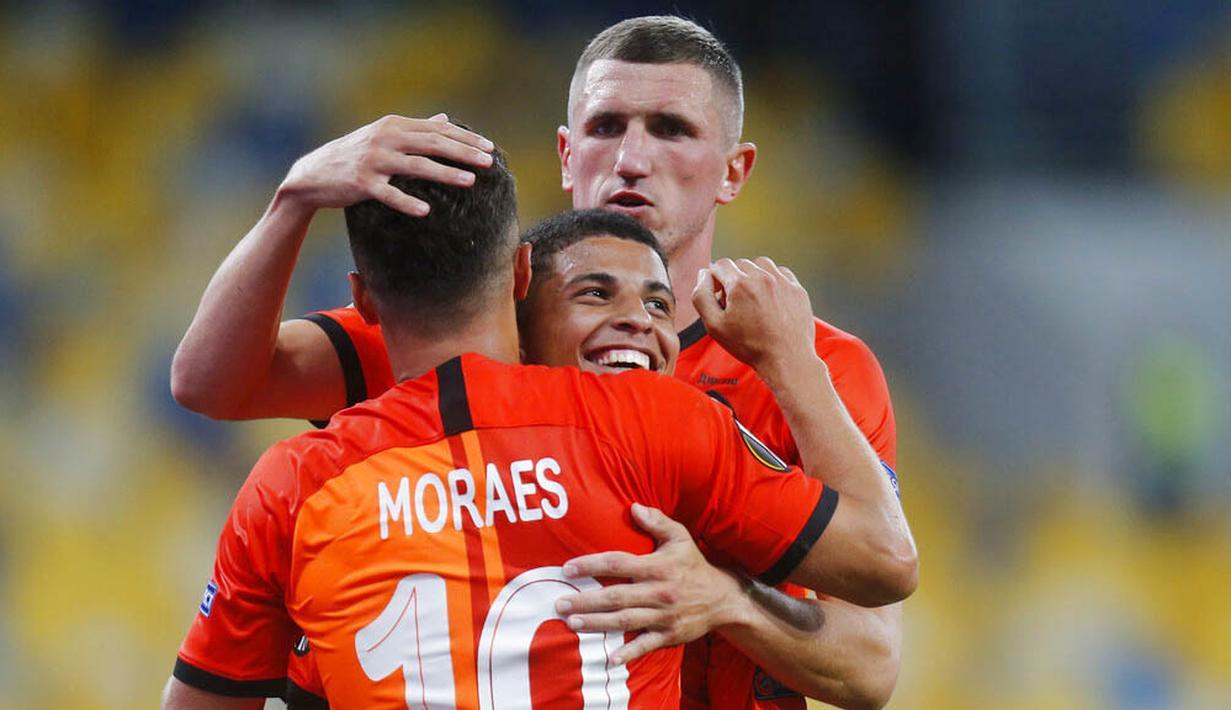 Para pemain FC Shakhtar Donetsk merayakan gol yang dicetak oleh Junior Moraes ke gawang VfL Wolfsburg pada laga Liga Europa di Stadion NSK Olimpiyskiy, Kiev, Rabu (5/8/2020). Shakhtar Donetsk menang 3-0 atas Wolfsburg. (AP/Efrem Lukatsky)
