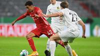 Gelandang Bayern Munchen, Jamal Musiala, berebut bola dengan gelandang Duren Merzenich, Gjorgji Antoski, pada laga DFB Pokal di Stadion Allianz Arena, Jumat (16/10/2020) dini hari WIB. Bayern Munchen menang 3-0 atas Duren Merzenich. (AFP/Christof Stache)