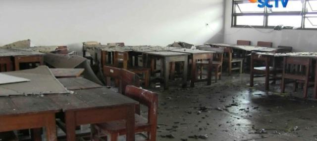 Pecahan-pecahan plafon berserakan menimpa bangku dan meja ruang kelas yang sedianya akan digunakan untuk ujian.