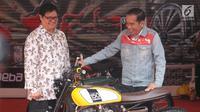 Presiden RI, Joko Widodo bersama Menteri Perindustrian Airlangga Hartarto melihat salah satu motor customs yang dipamerkan pada Indonesia International Motor Show 2018 di JIExpo, Jakarta, Kamis (19/4). (Liputan6.com/Helmi Fithriansyah)