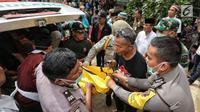 Jenazah korban kecelakaan Tanjakan Emen di Kabupaten Subang tiba untuk dimandikan di Instalasi Pemulasaraan RSUD Tangsel, Ciputat, Minggu (11/2). Jenazah akan dimandikan, dikafankan, dan disalatkan di RSUD Tangsel. (Liputan6.com/Fery Pradolo)