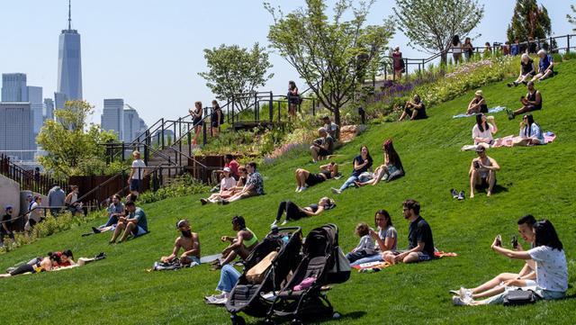 Orang-orang mengunjungi 'Pulau Kecil', taman umum baru dan gratis di Hudson River Park, New York City, Amerika Serikat, 21 Mei 2021. Sebanyak 132 tulip beton besar dipasang pada pilar di tepi Sungai Hudson untuk mengangkat 'Pulau Kecil'. (Angela Weiss/AFP)