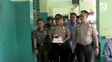 Menyambut Hari Pendidikan Nasional, anggota polisi dan TNI beri kejutan pada guru juga murid di sekolah.