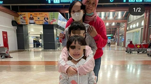 Wanita asal Kota Kendari yang viral di media sosial, Erlita Dewi dan ketiga anaknya.(Foto: Erlita Dewi/Liputan6.com)