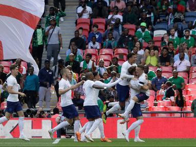 Pemain Inggris melakukan selebrasi usai mencetak gol ke gawang Nigeria dalam laga uji coba Piala Dunia 2018 di Stadion Wembley, London, Inggris, Sabtu (2/6). Inggris berhasil menekuk Nigeria dengan skor 2-1.  (AP Photo/Matt Dunham)
