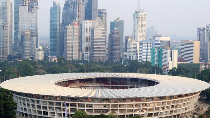 Gedung perkantoran yang menjulang tinggi dan Stadion Utama Gelora Bung Karno, Jakarta, (12/9/2017). Stadion Utama GBK dan kawasan olah raga senayan bersolek menyambut ASIAN Games 2018. (Dok Bola.com)