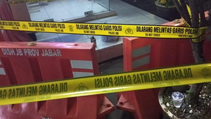Benda diduga peledak yang ditemukan di Mapolresta Cirebon, Sabtu (15/6/2019). (Liputan6.com/Panji Prayitno)