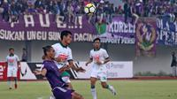Striker PSS, Qiscil Gandrum Miny (putih), berebut bola dengan Ledy Utomo. (Bola.com/Ronald Seger Prabowo)