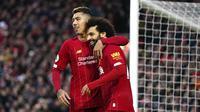 Pemain Liverpool, Mohamed Salah dan Roberto Firmino merayakan gol yang dicetak ke gawang Southampton pada laga Premier League di Stadion Anfield, Sabtu (1/2/2020). Liverpool menang 4-0 atas Southampton. (AP/Jon Super)
