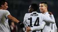 Para pemain Juventus merayakan gol yang dicetak Cristiano Ronaldo ke gawang Torino pada laga Serie A di Stadion Olympic, Turin, Sabtu (15/12). Torino kalah o-1 dari Juventus. (AFP/Marco Bertorello)