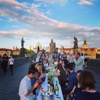 Lockdown telah berakhir, masyarakat di Praha di Republik Ceko menggelar pesta makan malam di atas meja sepanjang 487 meter. | instagram.com/cityofprague