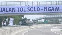 Suasana jalan tol Sragen-Ngawi di kilometer 538 jalan tol Solo-Ngawi, Jawa Tengah, Rabu (28/11). Jalan tol ini bagian dari jaringan jalan Tol Trans Jawa, yang tergabung dalam proyek strategis nasional. (Liputan6.com/Angga Yuniar)