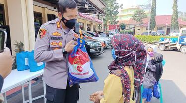 Kapolres Garut AKBP Wirdhanto Hadicaksono membagikan  paket bansos TNI-Polri bagi warga terdampak kebijakan Pemberlakukan Pembatasan Kegiatan Masyarakat (PPKM) Darurat Covid-19 di Garut.