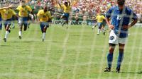 Roberto Baggio tertunduk lesu setelah tendangan penaltinya melambung di atas mistar gawang Brasil pada final Piala Dunia 1994 di   Stadion Rose Bowl, Amerika Serikat. Italia kalah 2-3. (OMAR TORRES / AFP)