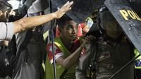 Pemain Persija berlindung dari lemparan botol air minuman dari suporter Persib Bandung, Sabtu (22/7/2017) di Stadion Gelora Bandung Lautan Api, Bandung. (Bola.com/Vitalis Yogi Trisna)