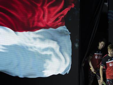Pasangan ganda putera Kevin Sanjaya / Marcus Gideon memasuki arena pertandingan untuk menghadapi Li Junhui/Liu Yuchen pada semifinal Indonesia Open 2019. (Bola.com/Peksi Cahyo)