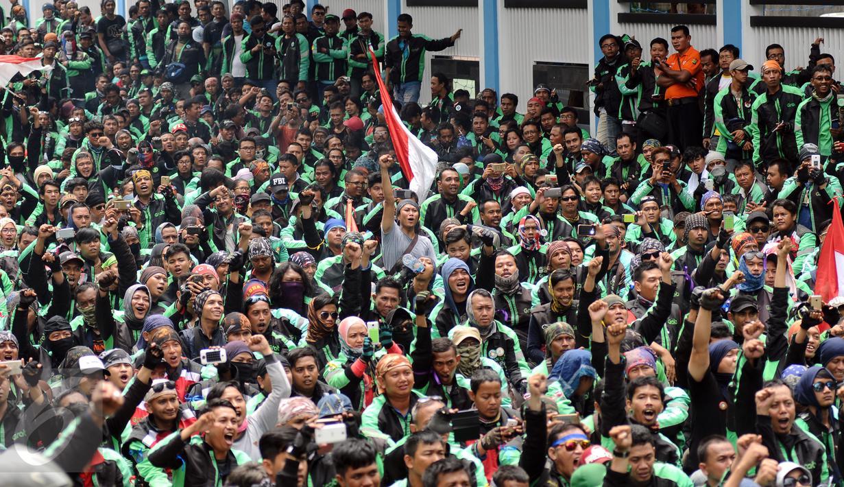 Pengemudi ojek online GrabBike berkumpul berunjuk rasa di belakang kantor Grab di kawasan Kuningan, Jakarta, Kamis (5/1). Mereka menuntut pihak perusahaan menaikkan tarif argo per kilometernya. (Liputan6.com/Helmi Fithriansyah)