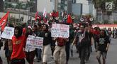 Massa dari berbagai elemen membawa poster menuju gedung DPR, di kawasan Bundaran Hotel Indonesia (HI), Jakarta, Selasa (25/9/2019). Dengan berjalan kaki, mereka akan menggelar aksi unjuk rasa di depan DPR menolak sejumlah revisi dan rancangan UU yang menuai polemik. (Liputan6.com/Angga Yuniar)
