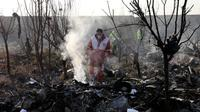Tim penyelamat mencari korban pesawat Boeing 737 milik maskapai Ukraina yang jatuh di Shahedshahr, Iran, Rabu (8/1/2020). Pesawat Ukraine International Airlines tersebut dilaporkan mengangkut 176 orang termasuk kru. (AP Photo/Ebrahim Noroozi)